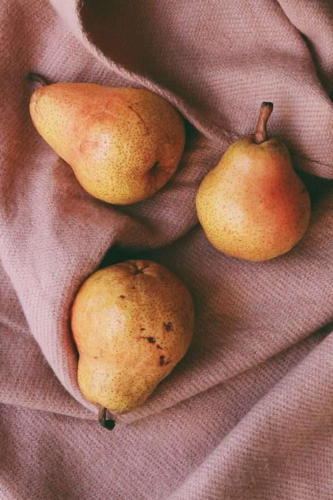 three-pears-on-cloth-2987077