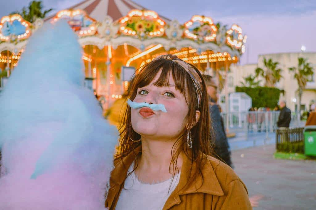 woman-holding-cotton-candy_perfume