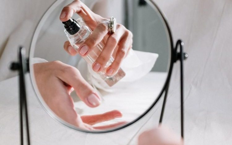 A lady using Oscar De La Renta Perfumes
